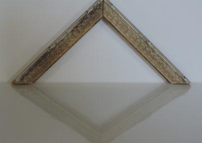 Cornice Montmartre bianca anticata filo oro